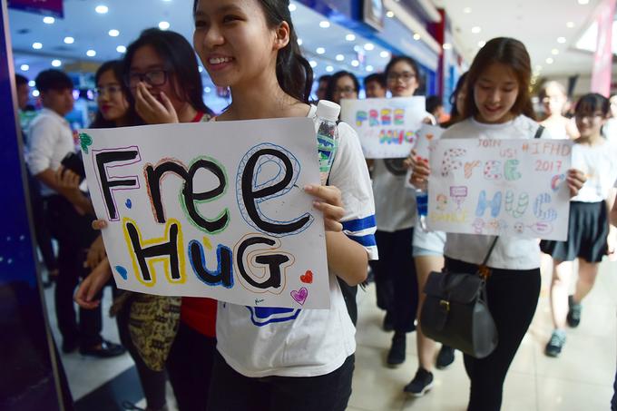 400 bạn trẻ Hà Nội tham gia ngày hội ôm quốc tế