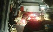 Cảnh sát soi đường cho xe khách hỏng đèn qua đèo dốc nguy hiểm