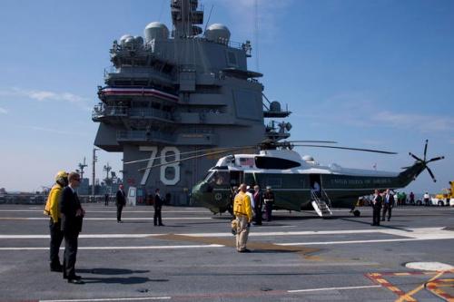 Ông Trump đáp trực thăng trên tàu sân bay