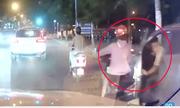 Tài xế mở cửa ôtô hất người đi xe máy ngã xuống đường