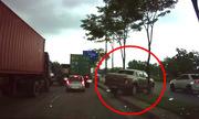 Ôtô leo qua con lươn để thoát kẹt xe ở Sài Gòn