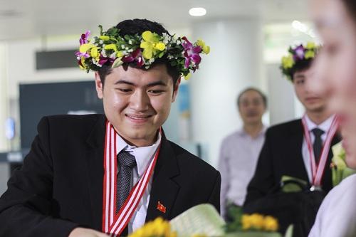 doi-ban-than-nghe-an-cung-dat-huy-chuong-vat-ly-quoc-te-1