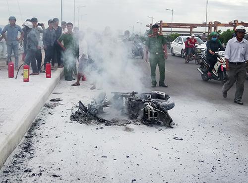 Người đàn ông bất lực nhìn tay ga cháy trơ khung giữa cầu ở Nha Trang. Ảnh: An Phước