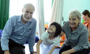 Vợ chồng người Mỹ dạy trẻ da cam ở Quảng Ngãi