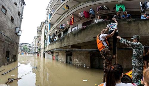 Nhân viên cứu hộ đưa người dân lên thuyền thoát khỏi vùng lũ tại Quế Lâm, Quảng Tây, Trung Quốc vào ngày 2/7. Ảnh: Reuters