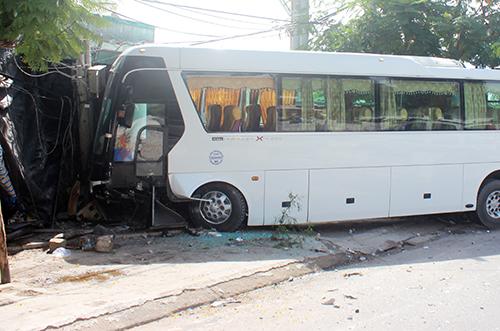 Ôtô khách chở gần 40 người nước ngoài lao vào nhà dân. Ảnh: Văn Phước