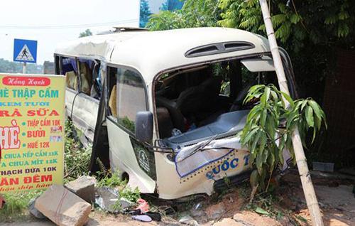 Xe khách va chạm xe tải, hơn 20 người nhập viện