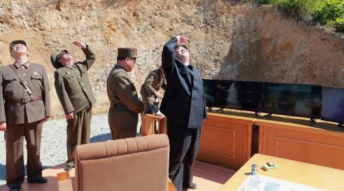 Lãnh đạo Triều Tiên Kim Jong-un thị sát vụ phóng tên lửa. Ảnh: