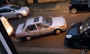 Màn đỗ xe của nữ tài xế khiến người khác sốt ruột