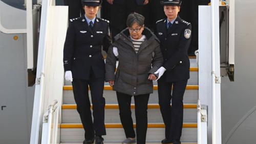 Yang Xiuzhu đến sân bay Bắc Kinh hôm qua. Ảnh: BBC.