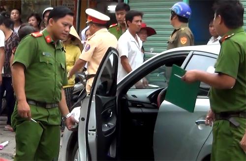 Cảnh sát khám nghiệm hiện trường vụ tai nạn. Ảnh: Nguyệt Triều