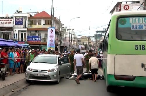 Cô gái đã ngã xuống đường sau khi va chạm vào cửa ôtô và bị xe buýt cán tử vong.