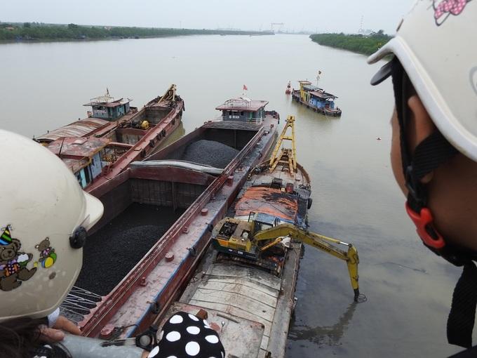 Nhiều tàu công suất lớn cứu hộ sà lan chở than bị chìm