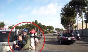 3 cha con đi ngược chiều suýt tông vào đầu ôtô