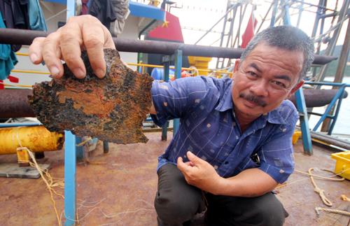 Con tàu của ông Nguyễn Văn Lý (xã Mỹ Đức, huyện Phù Mỹ) hợp đồng với Công ty TNHH Đại Nguyên Dương (Nam Định) trị giá gần 16 tỷ đồng bị gỉ sét từng mảng lớn. Ảnh: Đắc Thành.