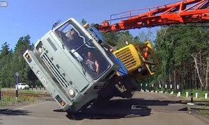 Xe tải bị kéo lật - bài học cho người vượt đèn đỏ giây cuối cùng