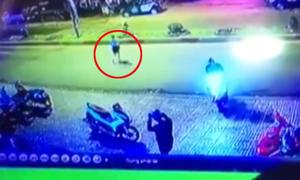 Xe máy tông cô gái sang đường văng 10 mét