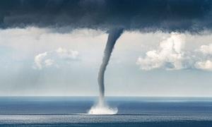 Vòi rồng cao 120 mét càn quét bờ biển Anh