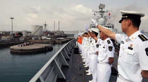 Một tàu chiến Trung Quốc tại cảng ở