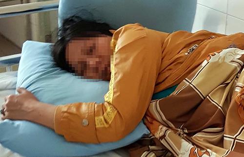 Nữ cán bộ bị đánh đang điều trị tại bệnh viện. Ảnh: Khánh Hương