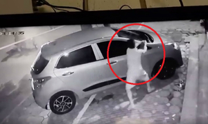 Ôtô đỗ trên vỉa hè bị trộm bẻ sạch gương
