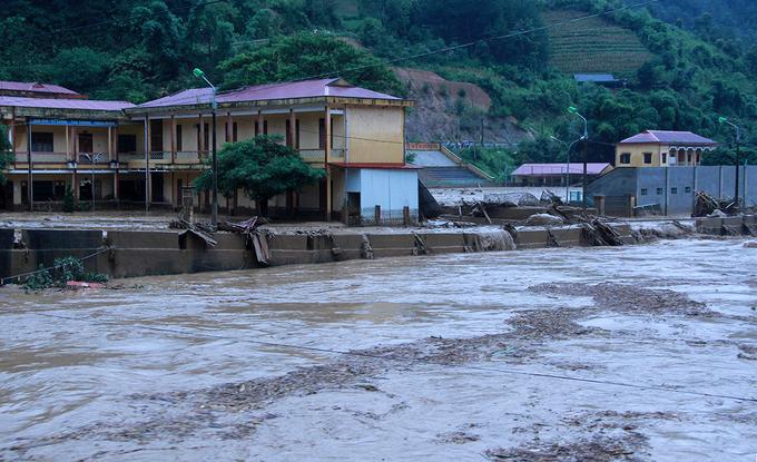Hàng chục ngôi nhà bị lũ san phẳng ở Yên Bái