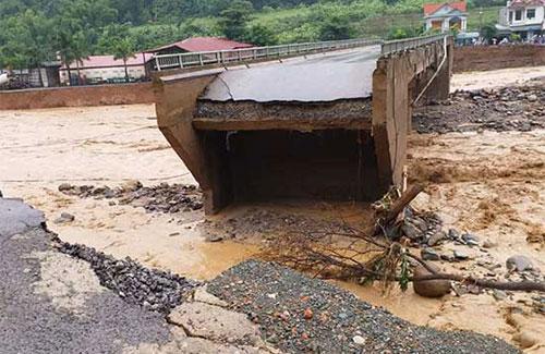 Cầu Nặm Păm trên Quốc lộ 279D bị sập toàn bộ 2 mố cầu, cắt đứt giao thông nối Trung tâm huyện Mường La với các xã dọc sông.