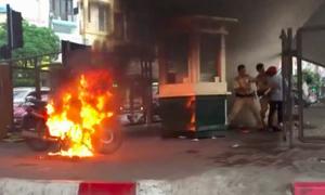 Nam thanh niên đốt xe máy khi bị cảnh sát thổi phạt