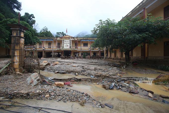 Nước lũ tàn phá trường học ở Yên Bái