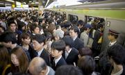 Dòng người như thác lũ tại ga tàu ở Tokyo
