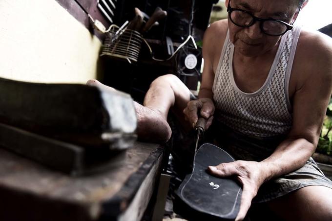 Người đàn ông làm dép cao su độc nhất ở Hà Nội