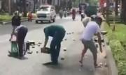 Dân Vũng Tàu gom bia rơi trên đường giúp tài xế xe tải