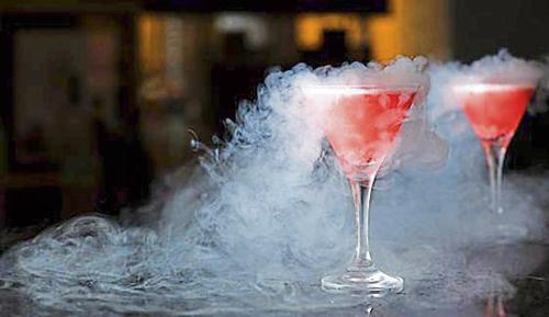 Nitơ lỏng đang trở nên phổ biến ở nhiều cửa hàng và quán bar có thể gây bỏng lạnh khi tiếp xúc với da. Ảnh: hindustantimes.