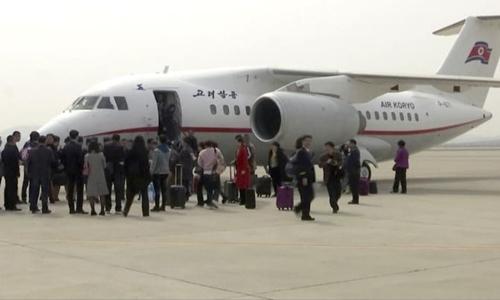 Du khách xuống máy bay hãng Air Koryo ở Bình Nhưỡng, Triều Tiên. Ảnh: AP.