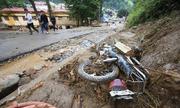 Hàng loạt xe máy biến dạng trong bùn đất sau lũ ở Yên Bái