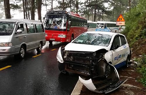 Chiếc taxi bị biến dạng phần đầu sau cú tông liên hoàn. Ảnh: Khánh Hương