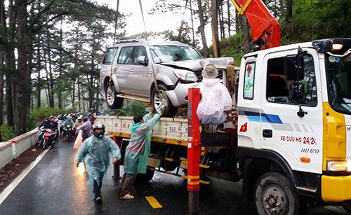 Các xe bị nạn được cẩu khỏi hiện trường, giao thông qua đèo Prenn được giải tỏa. Ảnh: Khánh Hương