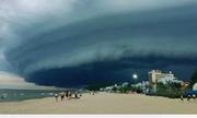 Đám mây đen kỳ lạ 'nuốt chửng' biển Sầm Sơn