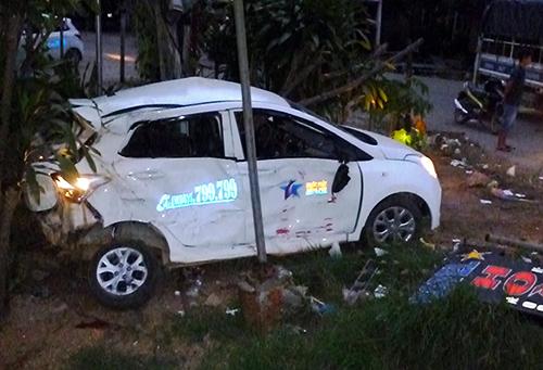 Taxi bị hất văng 20 m sau cú tông, tài xế tử vong