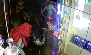 Trộm bẻ khóa xe máy trong tích tắc ở Sài Gòn