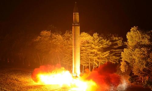 Tên lửa đạn đạo Hwasong-14 được Triều Tiên phóng thử hôm 28/7. Ảnh: Reuters/KCNA.