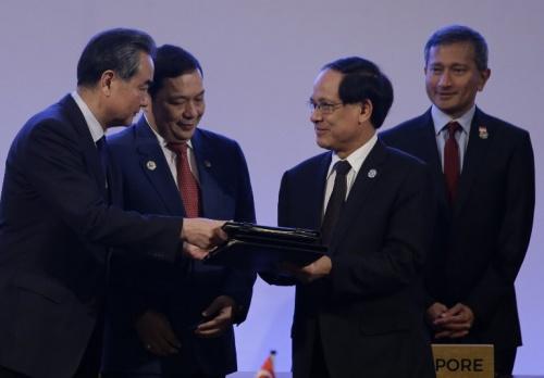 Trung Quốc và ASEAN thông qua dự thảo khung COC tại Manila, Phlippines. Ảnh: AFP.