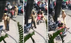 Xe máy tháo chạy khi bị cảnh sát đè người ép vào lề
