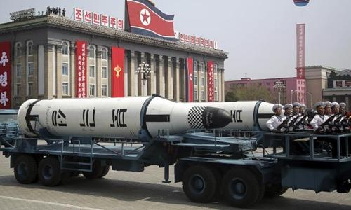 Tên lửa Triều Tiên trong cuộc duyệt binh ở thủ đô Bình Nhưỡng hồi tháng 4. Ảnh: AP.
