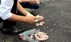 Tài xế nhét tiền lẻ trong chai nhựa mua vé qua trạm thu phí