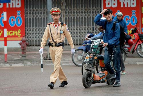 Học sinh dễ vi phạm luật giao thông khi đi xe máy điện vì không được trang bị kiến thức.