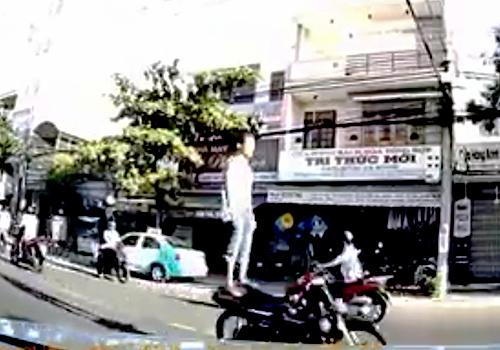 Đà Nẵng truy tìm thanh niên đứng trên yên điều khiển xe máy