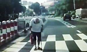Ông lão đi bộ cúi đầu cám ơn tài xế gây bão mạng