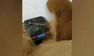 Xe SUV gắn xẻng vào bánh xe để thoát lầy trên sa mạc