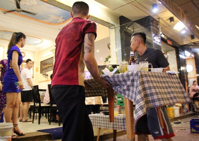 Quán nhậu ở Sài Gòn tán loạn khi bất ngờ bị dẹp vỉa hè